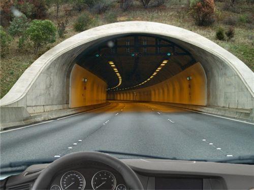 Gjatë kohës së qarkullimit në tunel, kthim gjysmërrethor: