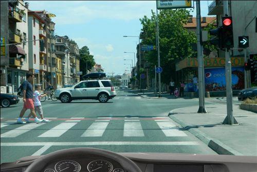 Kur me automjetin afroheni kah udhëkryqi (si në fotografi), me qëllim që të ktheni në të djathtë: