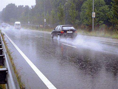 Gjatë kohës me shi, në sipërfaqen e rrugës krijohet një shtresë e rrëshqitshme, e cila kontribuon në zvogëlimin e fërkimit ndërmjet pneumatikëve të automjetit dhe shtresës së asfaltit, e cila: