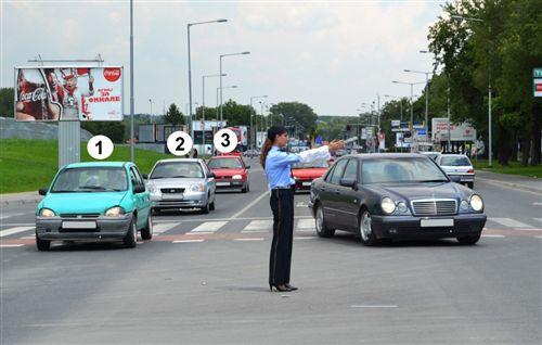 Sipas shenjës që e jep polici zyrtar i uniformuar (si në fotografinë), automjetet e shënuara me numrat 1, 2 dhe 3: