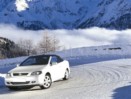 Gjatë lëvizjes me automjetin nëpër borë dhe ngricë (si në fotografinë), vozitësi duhet: