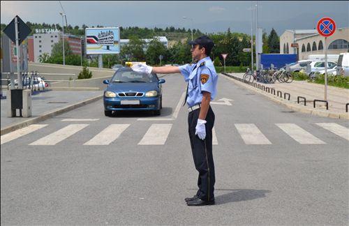 Sipas shenjës që e jep polici zyrtar i uniformuar (si në fotografinë), shoferi i automjetit: