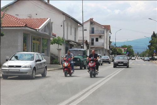 Shoferët e mopedëve të treguar në fotografi, në këtë pjesë të rrugës qarkullojnë: