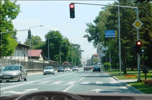 Kur me automjetin lëvizni në kahen drejt dhe i afroheni udhëkryqit, ku komunikacioni është i rregulluar me shenja ndriçuese të komunikacionit, si në fotografinë: