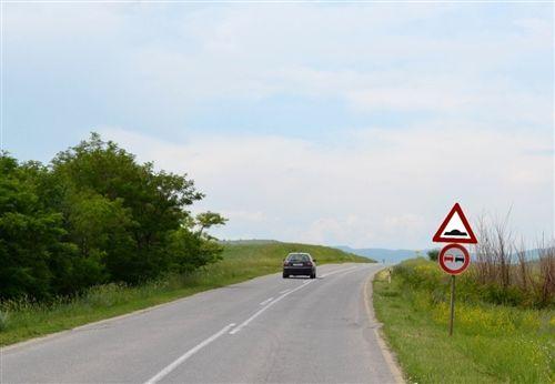 Sipas shenjave të vendosura të komunikacionit në këtë pjesë të rrugës (si në fotografi) shoferët hasin në: