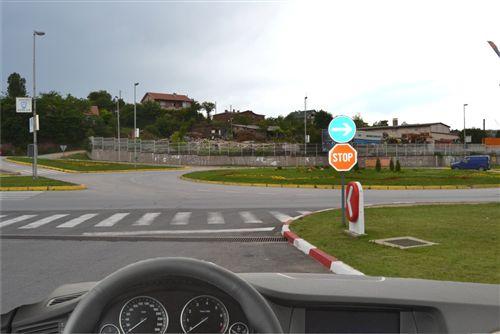 Sipas shenjave të vendosura të komunikacionit të treguara në fotografi shoferi i automjetit: