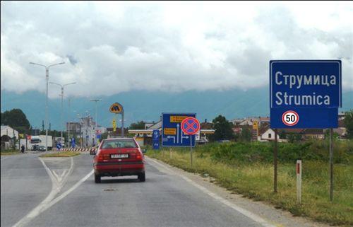 """Kah shenja e komuniakcionit """"Emri i vendbanimit"""" (si në fotografi), është dhënë shenjë për kufizim të shpejtësisë, që vlenë:"""
