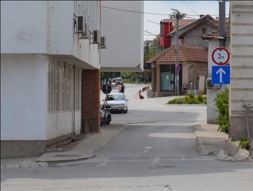 Sipas shenjës së komuniakcionit të vendosur në anën e djathtë të rrugës (si në fotografi), kyçeni: