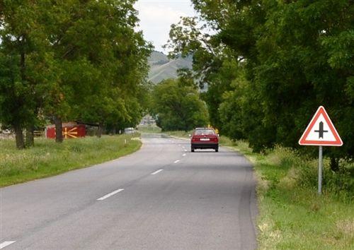 Sipas shenjës së komunikacionit të vendosur (si në fotografi) vetura lëviz:
