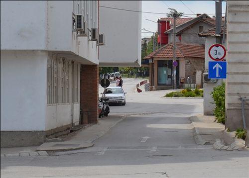 Shenja e komunikacionit e vendosur në anën e djathtë të rrugës mbi shenjën për lajmërim, paraqet ndalesë komunikacioni për automjetet: