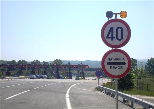 Sipas shenjave të komunaikacionit të vendosura (si në fotografi) shoferi i automjetit: