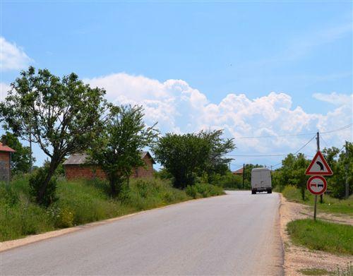 Në këtë pjesë të rrugës, ndalimi për parakalim të të gjitha automjeteve me veprim (fuqi) motorike, për shoferët fillon të zbatohet: