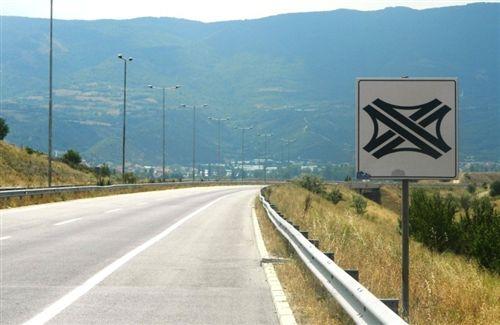 Shenja e komunikacionit e vendosur në anën e djathtë të rrugës paraqet shenjë:
