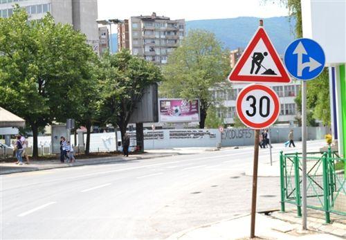 Sipas situatës në fotografi dhe shenjave të komunikacionit të vendosura, hasni në një pjesë të rrugës me shpejtësi të kufizuar të lëvizjes, ku: