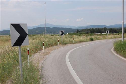 Shenjat e komunikacionit të paraqitura në fotografi , të vendosura në vend të mpreht dhe kthesë jo të dukshme të rrugës, tregojnë: