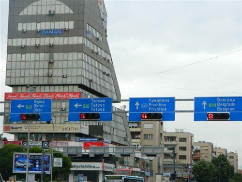Tabelat udhëtreguese të vendosura në portal mbi korsitë adekuate (si në fotografi) tregojnë: