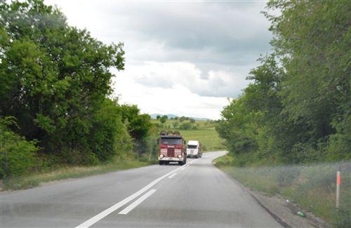 Товарните моторни возила (прикажани на сликата) кои се движат на јавен пат надвор од населено место, кој има само по една сообраќајна лента во една насока и ако на тој дел од патот е забрането престигнување: