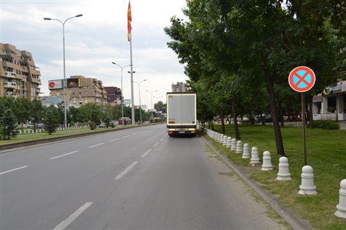 Shoferi i automjetit transportues të mallrave në një pjesë të rrugës së treguar si në fotografinë, është i ndalur: