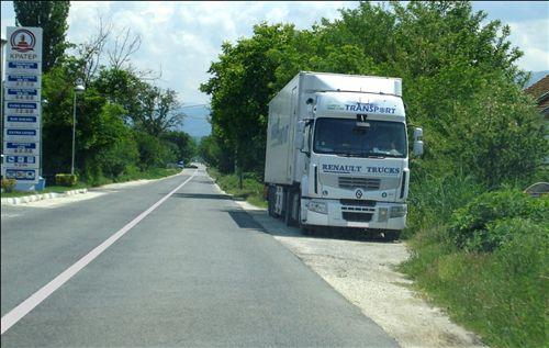 На јавен пат наменет за сообраќај во двете насоки (како на сликата), возачот на товарното моторно возило: