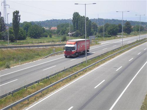 Брзината на движење на товарно моторно возило чија најголема дозволена маса е поголема од 7.500 кг. (прикажано на сликата) кога се движи на автопат, се ограничува на: