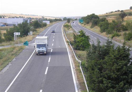 Брзината на движење на товарно моторно возило чија најголема дозволена маса не е поголема од 7.500 кг. (прикажано на сликата) кога се движи на автопат, се ограничува на: