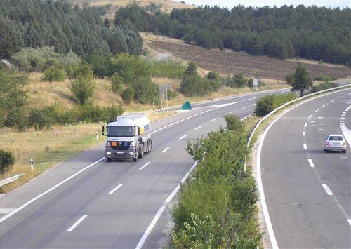 Возачот на моторно возило со кое се превезуваат опасни материи, кога се движи на автопат како на сликата, не смее да се движи со брзина: