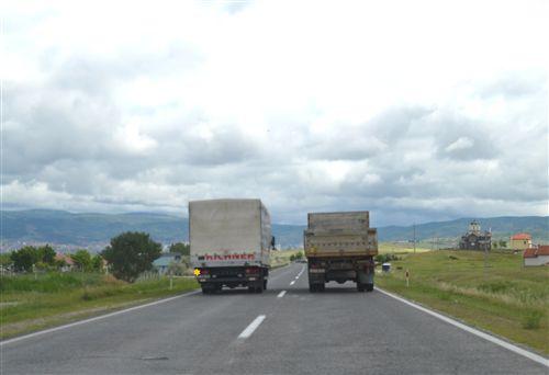 Shoferi i automjetit transportues të mallrave, i cili qarkullon nëpër korsinë e majtë të komunikacionit në rrugë jashtë vendbanimit (si në fotografinë):