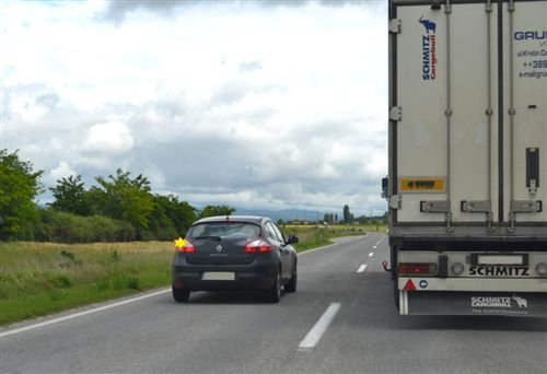 Shoferi i automjetit motorik ngarkues, të cilit i është dhënë shenjë për parakalim nga vetura (si në fotografi), është i obliguar: