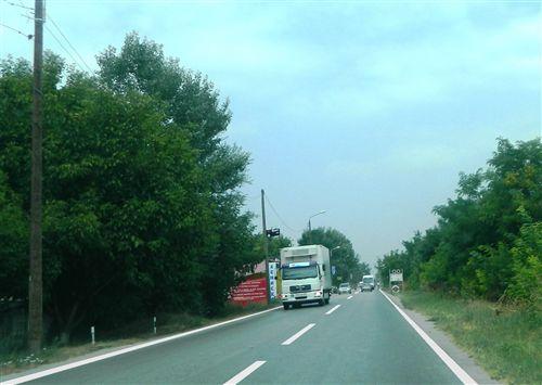 Shpejtësia e lëvizjes së automjetit transportues të mallrave, ku masa më e madhe e lejuar e të cilit nuk është më e madhe se 7.5000 kg (e treguar në fotografi), kur qarkullon në rrugë publike, kufizohet në: