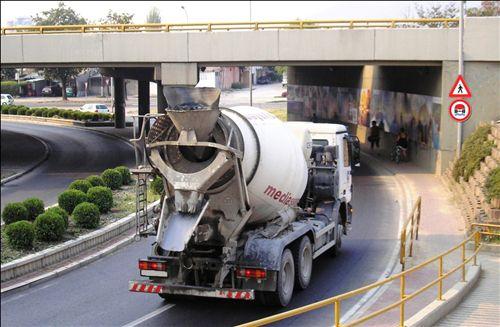 Sipas situatës së treguar në fotografi, shoferi automjetit motorik ngarkues: