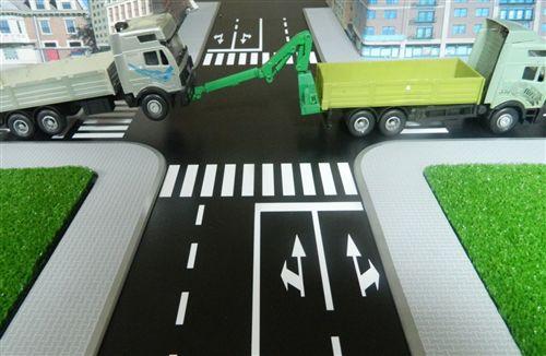 Sipas situatës së treguar në fotografi, automjeti që tërhiqet me varje, është me:
