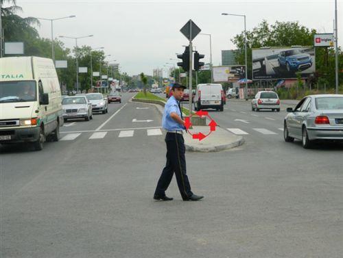 Shenjën që e jep polici zyrtar i uniformuar me lëvizje rrethore të dorës në bërryl, nga e djathta në të majtë, si në fotografinë do të thotë: