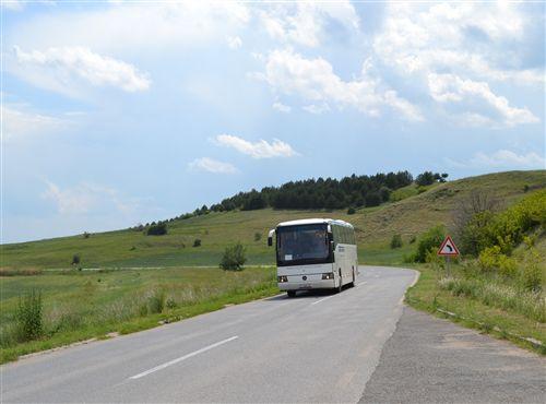 Shpejtësia e lëvizjes së autobusit kur qarkullon në rrugë publike (si në fotografi) kufizohet në: