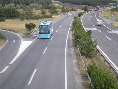 Shpejtësia e lëvizjes së autobusit, kur qarkullon në autostradë (si në fotografi) kufizohet në: