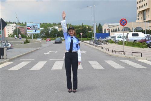 Një dorë e ngritur vertikalisht me shuplakë të hapur të policit zyrtar të uniformuar (si në fotografinë), do të thotë: