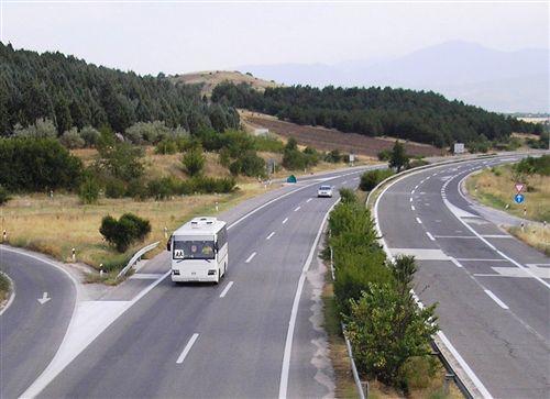 Shpejtësia e lëvizjes së autobusit, me të cilin bëhet bartja e organizuar e fëmijëve, kur qarkullon në autostradë (si në fotografi) kufizohet në: