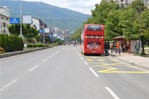 Hyrja dhe dalja e udhëtarëve në automjetin e transportit publik të qytetit (si në fotografi), në komunikacionin linjorë, mund të bëhet: