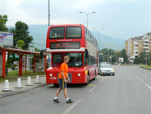 Shoferi i automjetit për transport publik të udhëtarëve, para fillimit të kyçjes së sërishme në komunikacion (si në fotografi), është i obliguar që të veprojë: