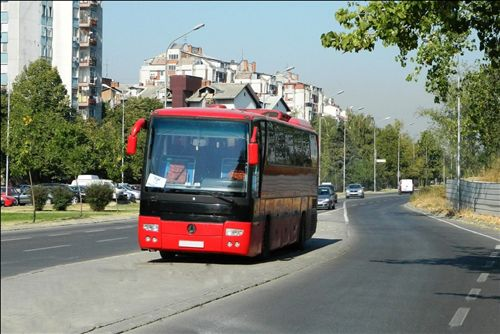 Sipas situatës së treguar në fotografi , shoferi e ka parkuar autobusin: