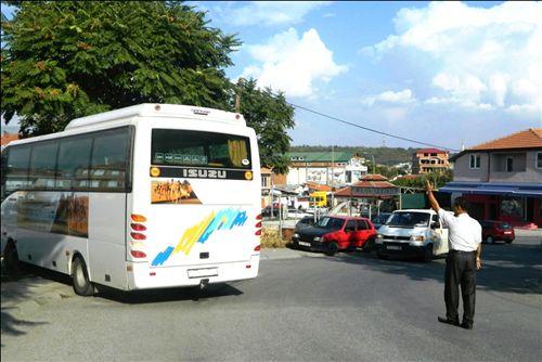 Shoferi i autobusit kur kyçet në komunikacion nga oborri (si në fotografi), nëse dukshmëria i është zvogëluar, është i obliguar: