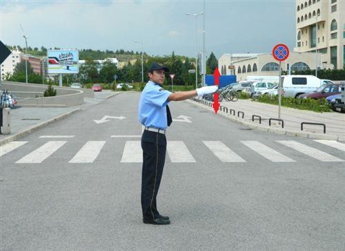 Shenjën që e jep polici zyrtar i uniformuar me shuplakë të hapur lartë-poshtë, për shoferët (si në fotografinë), do të thotë: