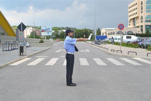 Dora e shtrirë horizontale e policit zyrtarë të uniformuar me shuplakë të hapur (si në fotografinë) ka të bëjë me: