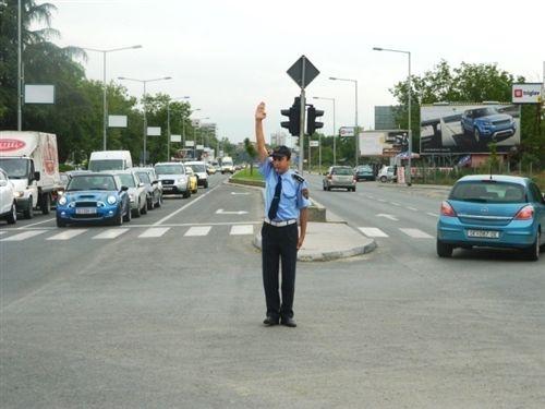 Në udhëkryq, ku komunikacioni për një kohë të shkurtër, njëkohësisht është i rregulluar me policin zyrtar të uniformuar dhe me shenja ndriçuese të komunikacionit, shoferët do të veprojnë: