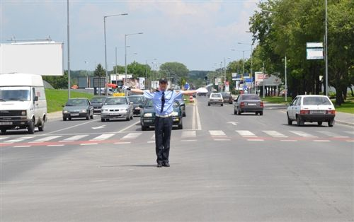 Положбата на телото и рацете на униформираниот полициски службеник (како на сликата), означува забрането минување: