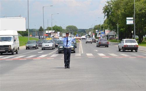 Според положбата на телото и рацете на униформираниот полициски службеник како на сликата, дозволено е минување на: